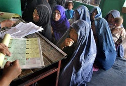 Afghan women register to vote in Kabul, July 28, 2004. Photo: Ahmad Masood/Reuters
