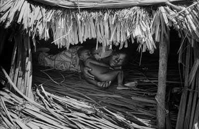 Une mère congolaise et son bébé  © Marcus Bleasdale 2006