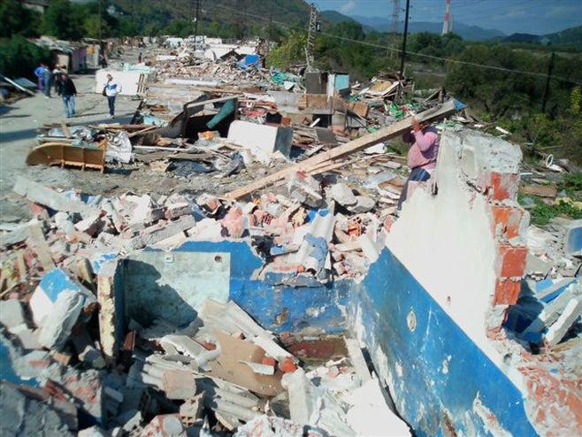 <p>Lesite de Cesmin Lug au Kosovo, converti en 1999 par le Haut Commissariat des Nations Unies pour les réfugiés (HCR) en camp pour des centaines de Roms déplacés par des attaques dans la zone de Mitrovica. En octobre 2010, ce site a été démoli après la publication de rapports indiquant qu'il étaitcontaminé par la pollution d'une mine voisine.</p>