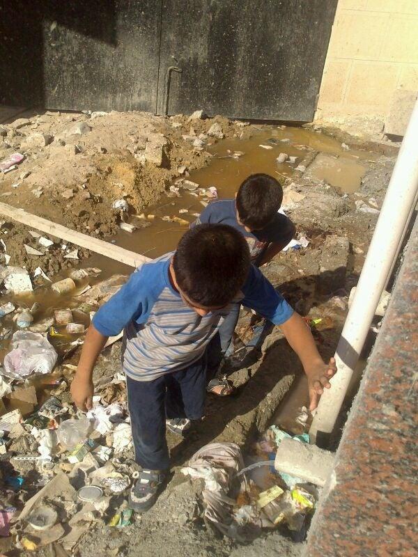 Dois meninos perto do banheiro da delegacia de Montazah II, onde estavam detidos em setembro. (Foto particular via HRW)