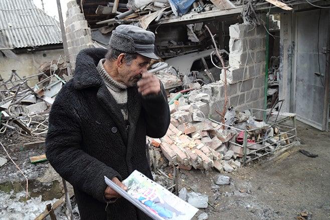 2015-ukraine-man-holding-photo_ukr