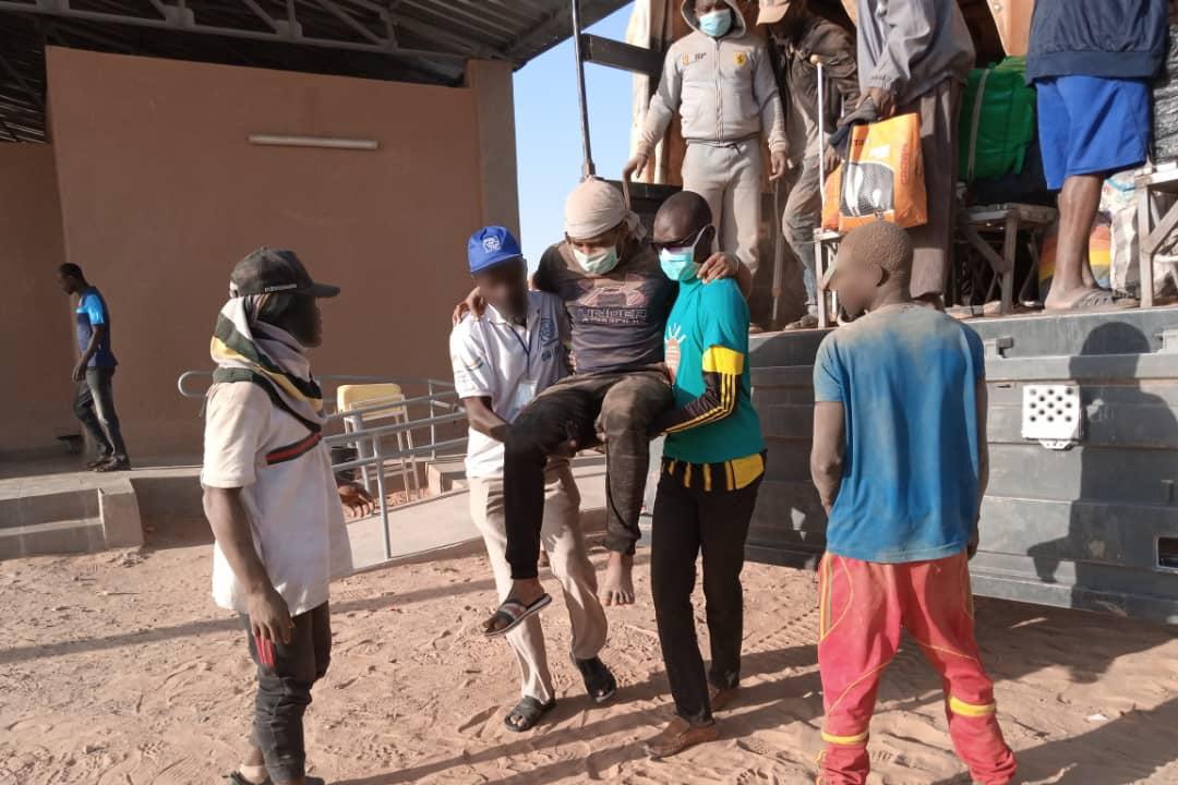 Des migrants originaires de plusieurs pays, faisant partie d'un groupe de 270 personnes en provenance d'Algérie, photographiés lors de leur arrivée à Assamaka, au Niger, le 30 septembre 2020.  © 2020 OIM Niger