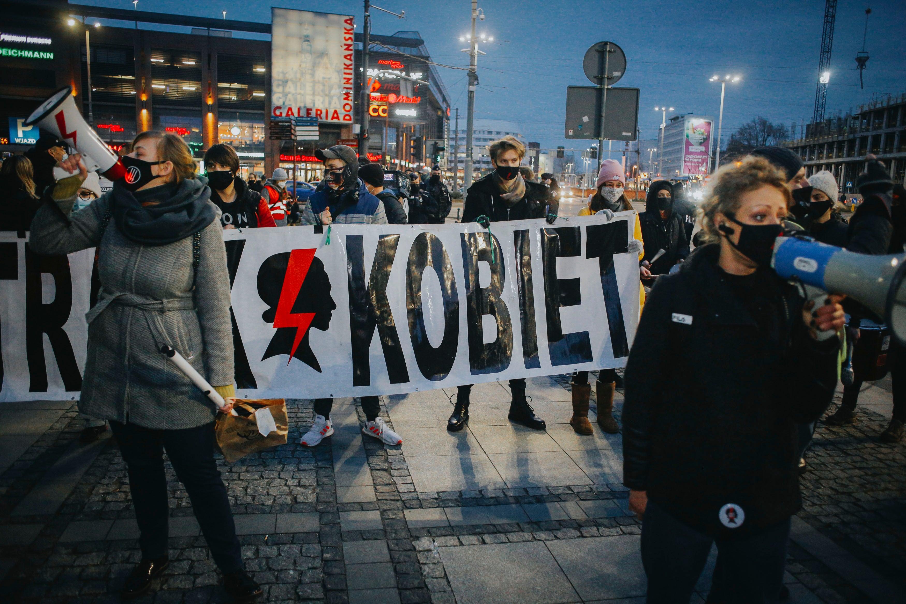 Pologne : Un an plus tard, la décision sur l'avortement continue de nuire aux femmes