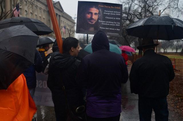 示威人士举着塔利克・巴・欧达(Tariq Ba Odah)的照片,在白宫门外集会抗议关达那摩湾拘留所成立12周年,华盛顿特区,2014年1月11日。