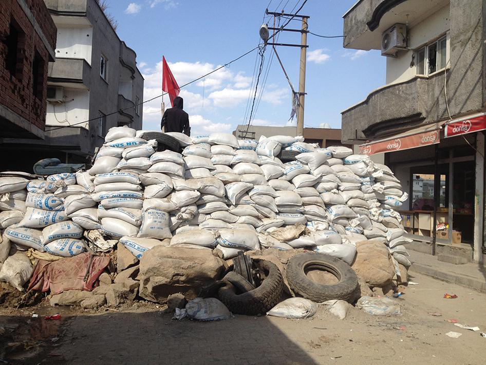 Cizre'nin Nur Mahallesinden bir barikat, Ekim 2015.