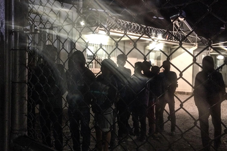 Unbegleitete Flüchtlingskinder stehen in einer Hafteinrichtung der griechischen Polizei an, um ihr Abendessen zu erhalten.