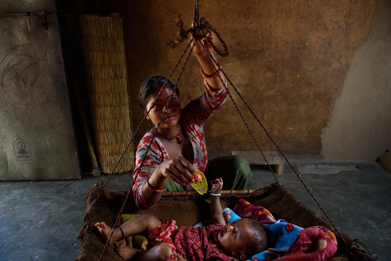 सरित ा एम., १७ आफ्नी भर्ख र जन्मे की छोरीसित चितव नस्थित आफ्नो घरमा। सरित ाले १५ वर्षकै उमेरमा १८ वर्षको केटासित भागी विवाह गरेकी हुन्। उनका श्रीमान् भारतमा श्रमि कका रूपमा काम गर्छर्छन्। अप्रि ल १२, २०१६