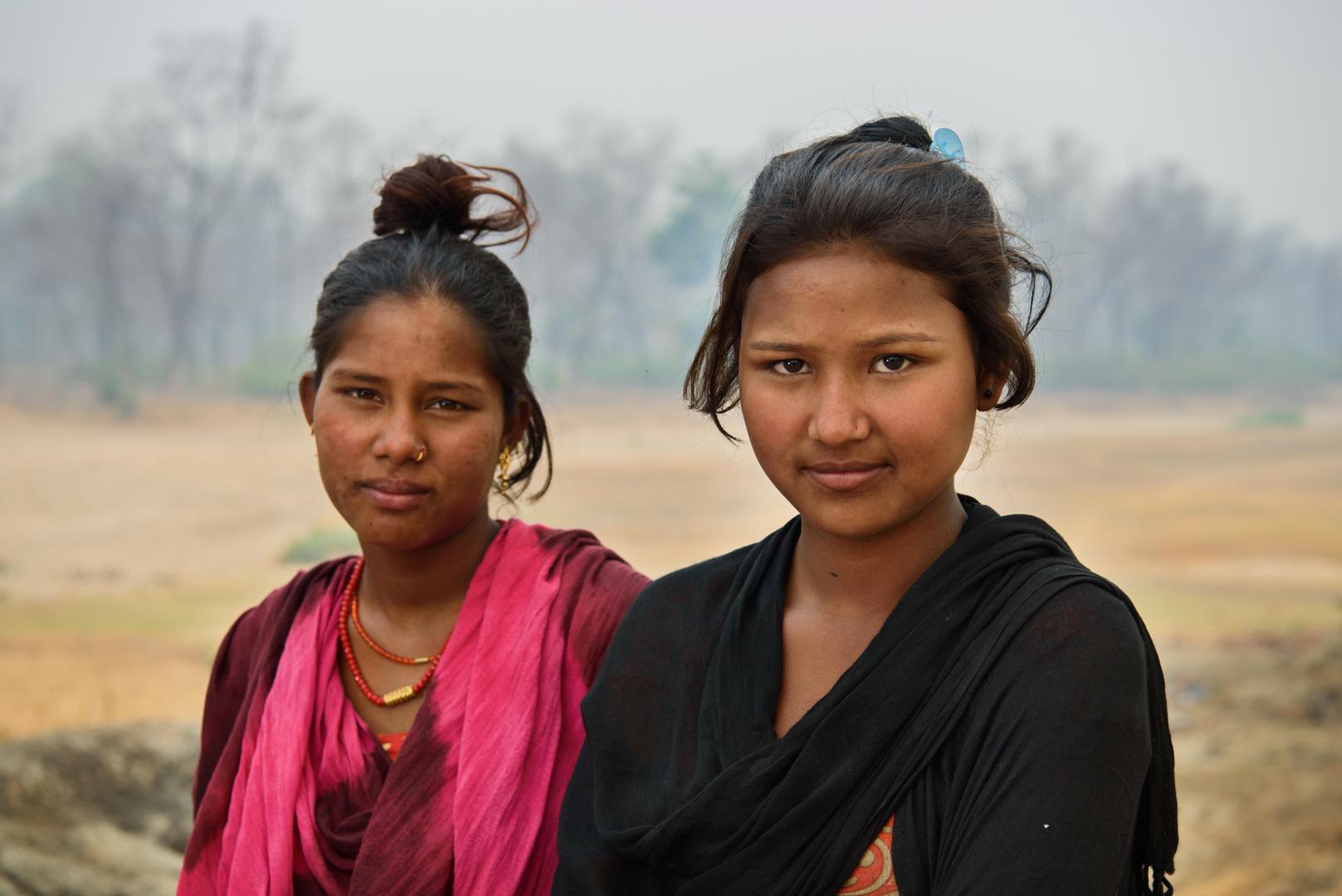 शर्मि र्मिला जी., १४, र शारदा डी., १५ कैलालीमा। शारदा स्कूल जाँदैछिैछि न् र आफ्नो गाउँका अरू केटीहरू जसरी विवाह गर्न चाहन्नन्। शर्मि र्मिलाले १२ वर्षमै भागी विवाह गरेकी हुन् र यो फोटो खिच्दा उनी सात महि नाकी गर्भवत ी थिइन्। उनलाई सानैमा विवाह गरेकोमा पछुत