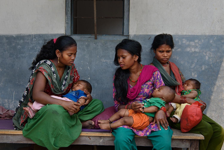 मञ्जुञ्जु एम., १६, तिलमाया एम., १८ र सङ्गीत ा एम., १९ आ-आफ्ना बच्चाहरूसित चितव नमा एउटा डाक्टरको अफि स अगाडि । मञ्जुञ्जु १५ वर्षकी छँदा उनका आमाबाबुले उनको विवाह १९ वर्षको केटासित गरिदि एका थिए। तिलमायाले १५ वर्षमै २० वर्षको केटासित भागी विवाह गरेकी थिइन्