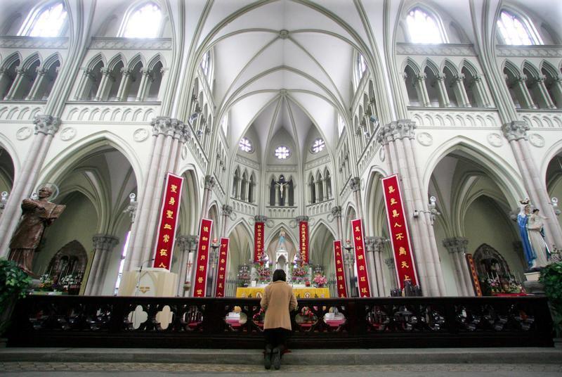 Seorang perempuan Tiongkok pemeluk Katolik berdoa pada Minggu Paskah di Katedral Santo Ignatius yang mendapat izin negara di Shanghai.
