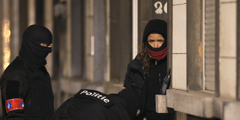 De Belgische federale politie kamt de Brusselse gemeente Schaarbeek uit in de nasleep van de aanslagen van 22 maart 2016 in de stad.