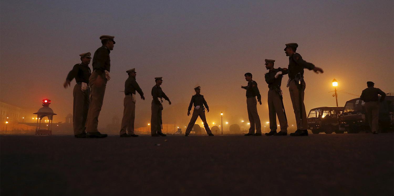 नयी दिल्ली, भारत में पुलिस अधिकारी, जनवरी 2016  भारत में पुलिस पर अक्सर उत्पीड़न की जवाबदेही से अपने साथियों को बचाने का इल्जाम लगाया जाता है.