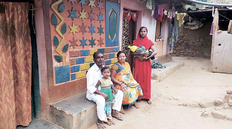 बस्तर, छत्तीसगढ़ के पत्रकार संतोष यादव का परिवार. यादव को सितंबर, 2015 में गिरफ्तार किया गया था.