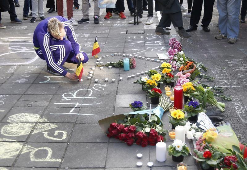Ein Mann stellt nach den Bombenanschlägen in Brüssel eine belgische Flagge auf, Belgien, 22. März 2016