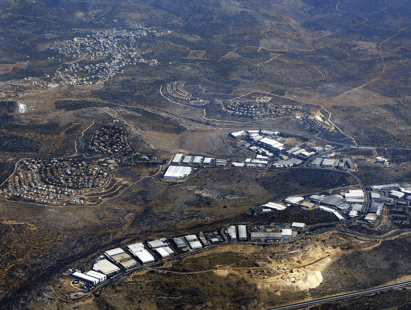 Barkan, na Cisjordânia ocupada, é um assentamento israelense residencial e uma zona industrial que abriga cerca de 120 fábricas que exportam quase 80 por cento de seus produtos. Ao fundo está o vilarejo palestino de Bani Hassan Qarawat .