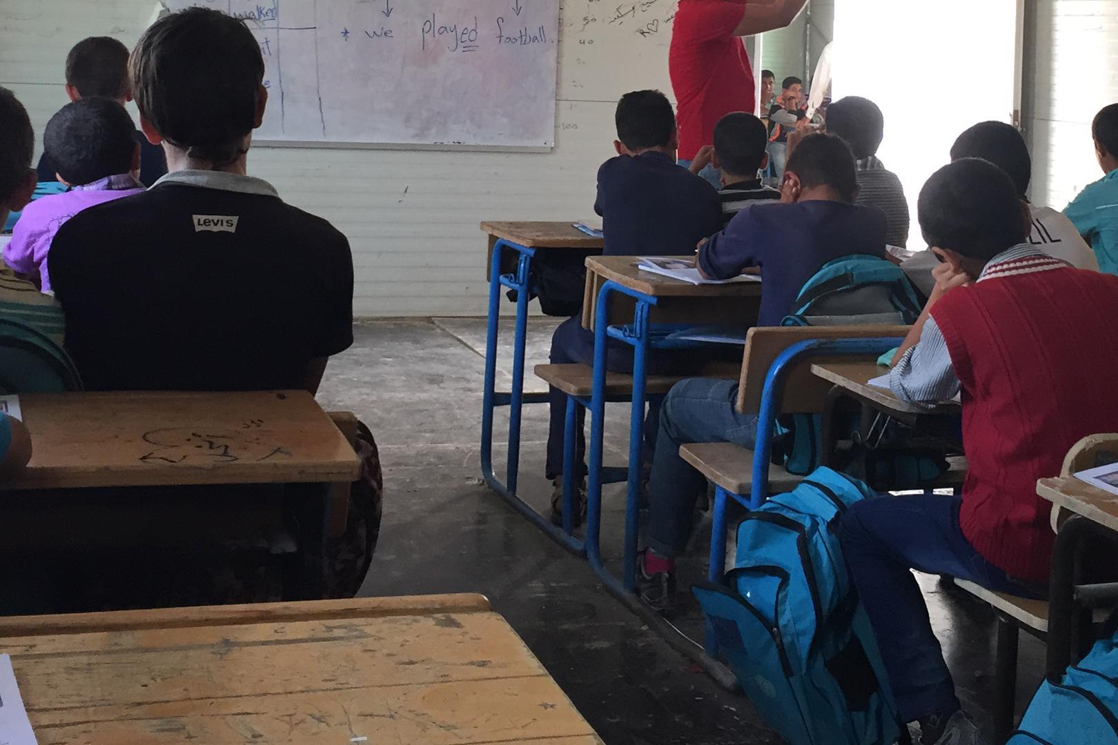 Syrische Kinder besuchen eine Schule im Flüchtlingslager Zaatari im norden Jordanien, 20. Oktober 2015. Die Schule unterrichtete syrische Maedchen morgens und Jungs abends. Ihr fehlt es aber an Strom, Heizung und fliessendem Wasser.