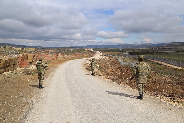 Türk askerleri Hatay'da, Türkiye'nin Suriye sınırında inşa ettiği yeni duvar boyunca devriye geziyor, Şubat 2016.