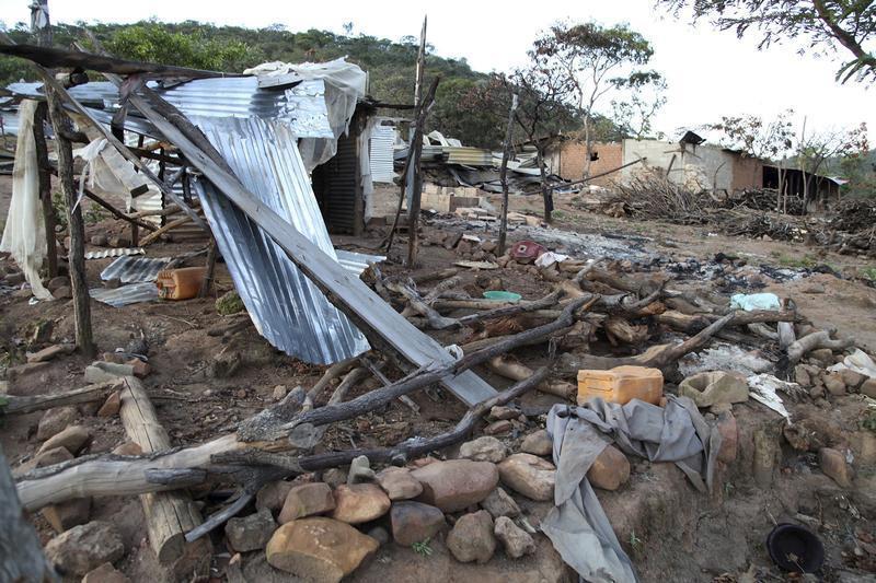 Cabanas destruídas em Monte Suni, Angola, numa fotografia tirada em 3 de Maio de 2015.