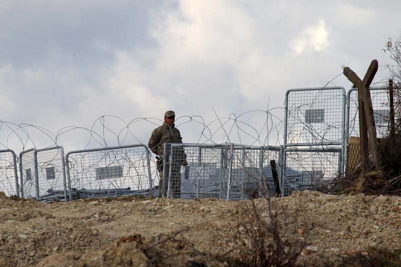 Kapalı olan Türkiye-Suriye sınırında nöbet tutan bir hudut birlik personeli Türkiye'nin Güveççi Köyü yakınlarında devriye geziyor, 7 Şubat 2016.