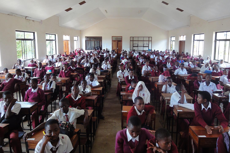 Zaidi ya wanafunzi 120 wa kidato cha pili wakijiandaa kufanya mitihani ya majaribio katika shule ya sekondari huko Mwanza, Kaskazini-Magharibi mwa Tanzania.