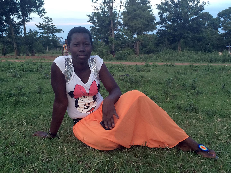 Eileen (jina la bandia), 21, aliacha shule akiwa kidato cha pili baada ya shule yake kufanya upimaji wa mimba na maafisa wa shule na wazazi kugundua kwamba ni mjamzito. Kwa Tanzania, maafisa wa shule mara kwa mara huwapima wanafunzi wa kike mimba kwa lazi