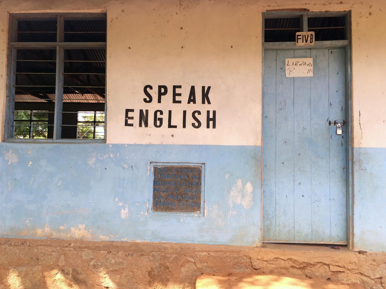 """Tangazo la """"Kuongea Kiingereza"""" lilipo katika shule ya sekondari Ukerewe, kisiwa kilichopo Ziwa Victoria, Mwanza, kaskazini-magharibi mwa Tanzania."""