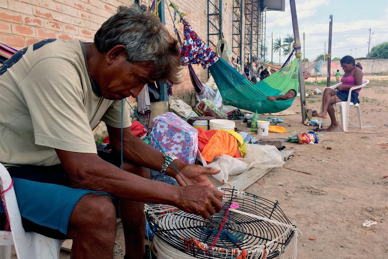 Dezenas de membros da comunidade indígena venezuelana Warao, que fugiram da Venezuela por falta de comida, em um abrigo em Boa Vista, em fevereiro de 2017. As condições higiênicas no abrigo eram muito precárias. 11 de fevereiro de 2017.