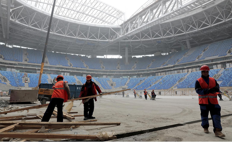 建筑工人正为新建的圣彼得堡运动场赶工,准备迎接2017年国际足联联合会杯和2018年世界杯赛事,俄罗斯圣彼得堡,2016年10月3日。