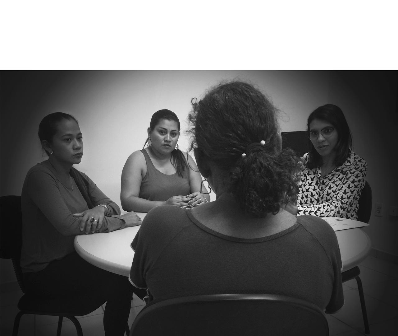 Membros do Centro Humanitário de Apoio à Mulher (CHAME) atendem uma mulher em Boa Vista, Roraima, em 17 de fevereiro 2017. O CHAME fornece apoio jurídico, psicológico e social a vítimas de violência doméstica.