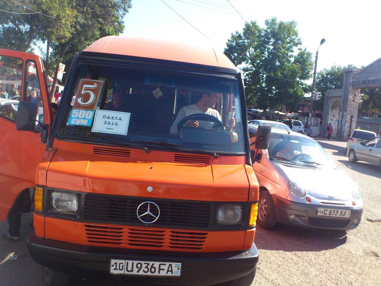 Частные перевозчики забирают бюджетников из города Ангрена Ташкентской области на хлопковые поля, уборка урожая 2015 года.