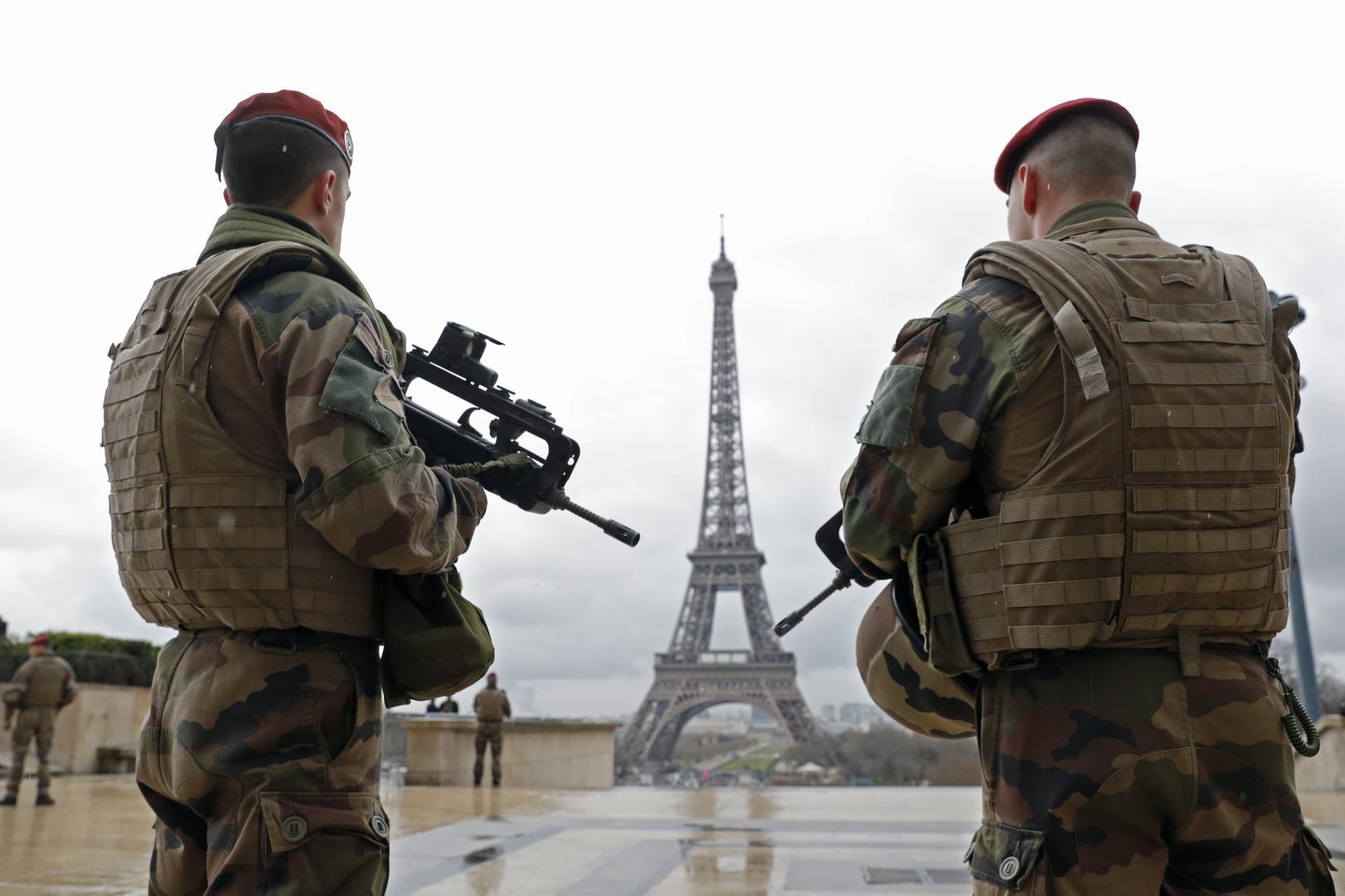 Patrouille de militaires français près de la Tour Eiffel à Paris, France, le 30 mars 2016.