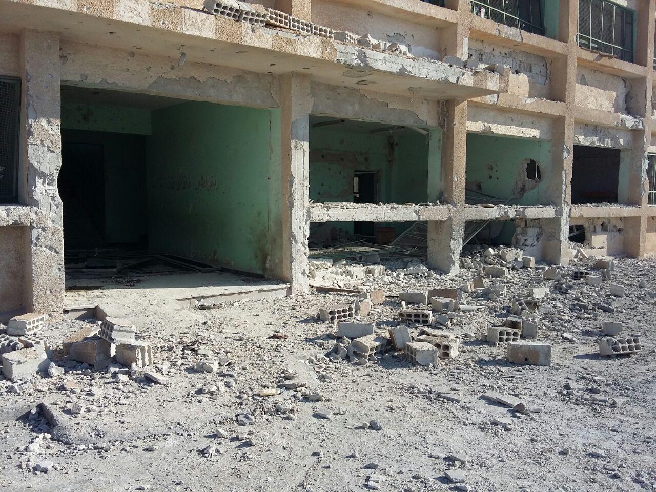 الأضرار التي لحقت بمدرسة الشهيد كيوان بسبب الغارة الجوية السورية-الروسية في 14 يونيو/حزيران 2017، والتي تسببت في مقتل 8 مدنيين، بينهم طفل.