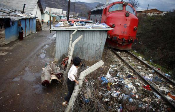 Fëmijë rom luajnë në kampin e refugjatëve në Çesmin Lug në qytetin e Mitrovicës në Kosovën e Veriut. Çesmin Lug është një prej disa kampeve të ngritura nga OKB-ja në një nga zonat e njohura si shumë të ndotura, pranë një miniere plumbi të braktisur. 12 Dh