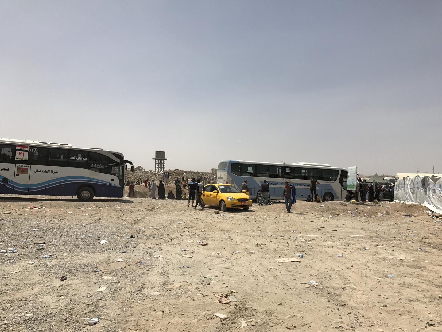 Iraqi Ministry of Transportation buses taking internally displaced families to Hammam al-Alil in May 2017. In late August, Iraqi authorities bused 1,400 foreign women and children to the site. © 2017 Belkis Wille/Human Rights Watch