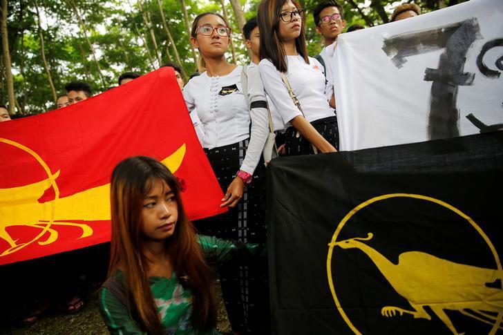学生发动游行,纪念1962年仰光大学学生示威遭军方镇压55周年,缅甸,仰光,2017年7月7日。