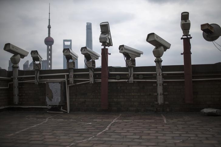 上海外滩大厦天台上满布监控摄像头,远方为浦东金融区天际线,2015年3月6日。