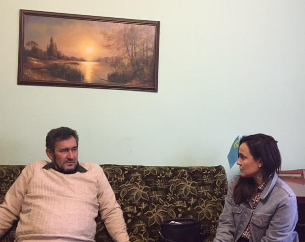 Human Rights Watch researcher Tanya Cooper interviewing Zair Smedlyaev, Crimean Tatar leader in Krasnogvardeyskoe, Crimea on October 24, 2017