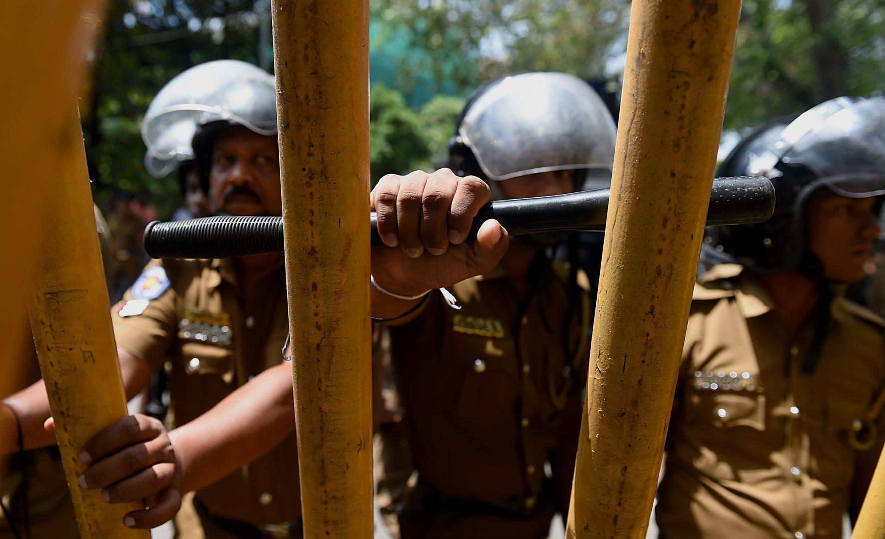 Polisi Sri Lanka berjaga dalam sebuah aksi unjuk rasa yang menyerukan pembebasan aktivis Tamil yang ditahan berdasarkan UU Pencegahan Terorisme di Kolombo, Sri Lanka, 14 Oktober 2015.