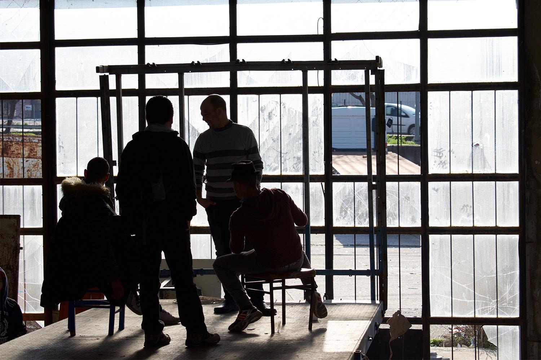 Des demandeurs d'asile algériens dans un squat de réfugiés sur l'île grecque de Lesbos. Les demandes de personnes de certaines nationalités considérées par inférence comme des «migrants économiques», notamment les Algériens, sont souvent traitées comme