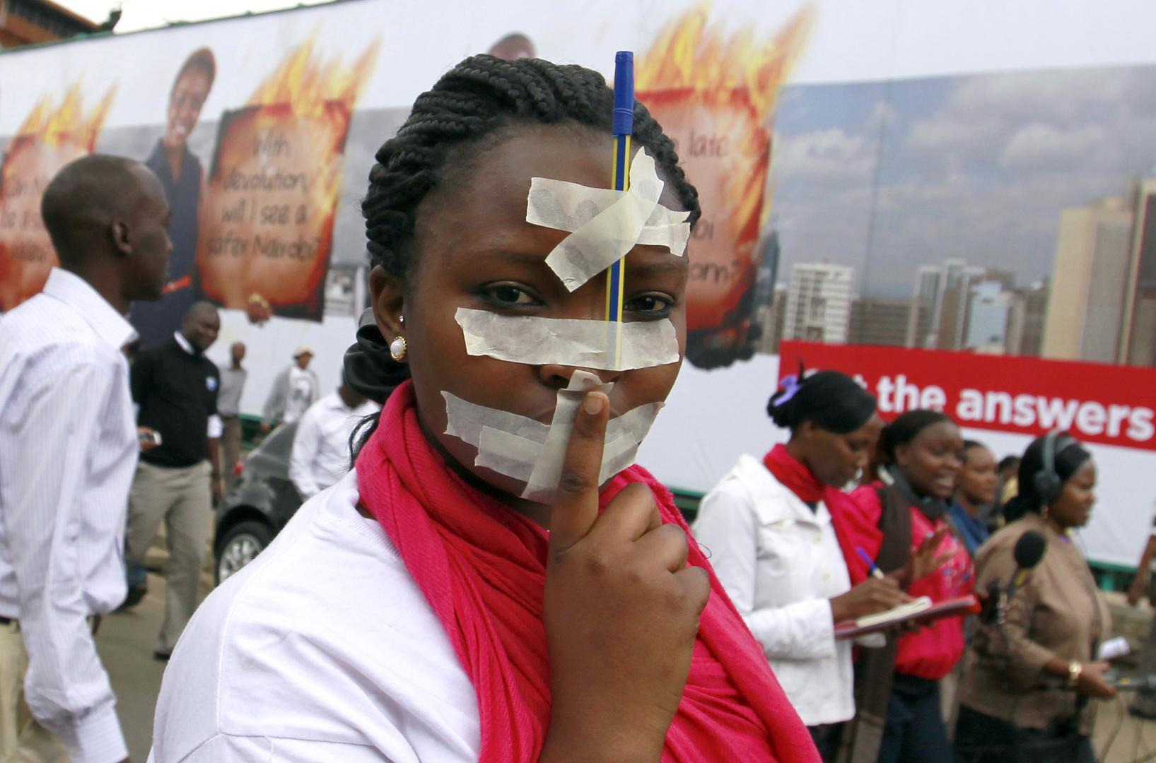 Mwandishi wa habari nchini Kenya akishiriki katika maandamano katika mji mkuu, Nairobi dhidi ya sheria mpya ya kibabe inayokandamiza uhuru wa vyombo vya habari iliyowasilishwa bungeni, tarehe 3 Desemba 2013.