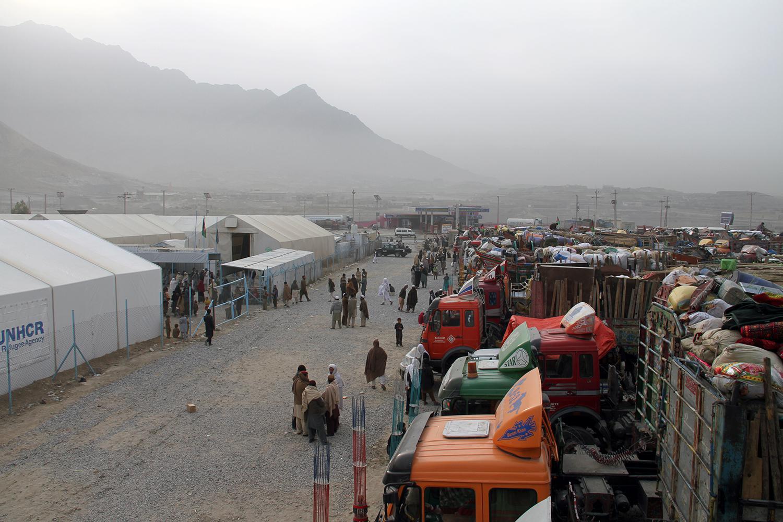 اکتوبر 2016م، لاریهای به کرایه گرفته شده که اسباب و لوازم مهاجران اخراج شده از پاکستان را حمل میکنند، در بیرون از شهر کابل و در مرکز اداره حمایت از مهاجران سازمان ملل متحد صف کشیدهاند.