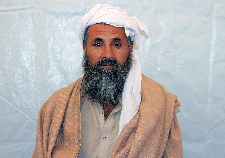 اکتوبر 2016، محمدعلم، 50 ساله، در مرکز حمایت از مهاجرین سازمان ملل متحد در بیرون از شهر کابل منتظر ثبتنام است. به دنبال تهدیدات دولت پاکستان مبنی بر اخراج اجباری مهاجران و بدرفتاریها و اخاذیهای مأموران پولیس، محمدعلم، پس از 32 سال زندگی در پاکستان، چار