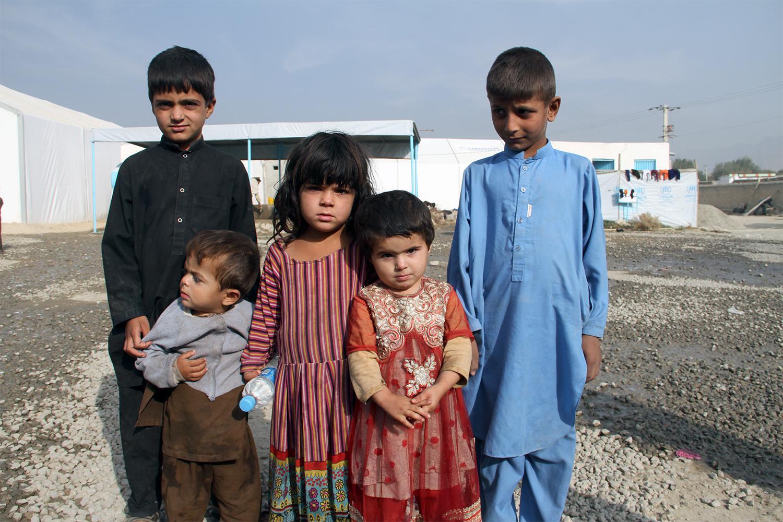 د ۲۰۱۶ کال د اکټوبر په میاشت کې له پاکستان څخه په زور رایستل شویو افغان کډوالو پنځه ماشومان خپلو میندو او پلرونو ته انتظار دي چې له کابل څخه بهر د ملګرو ملتونو د کډوالۍ ادارې په يوه مرستندویه مرکز کې ځانونه ثبت کړي. نږدې ۶۰۰۰۰۰ افغانان چې ۳۶۰۰۰۰ يې ثبت شو
