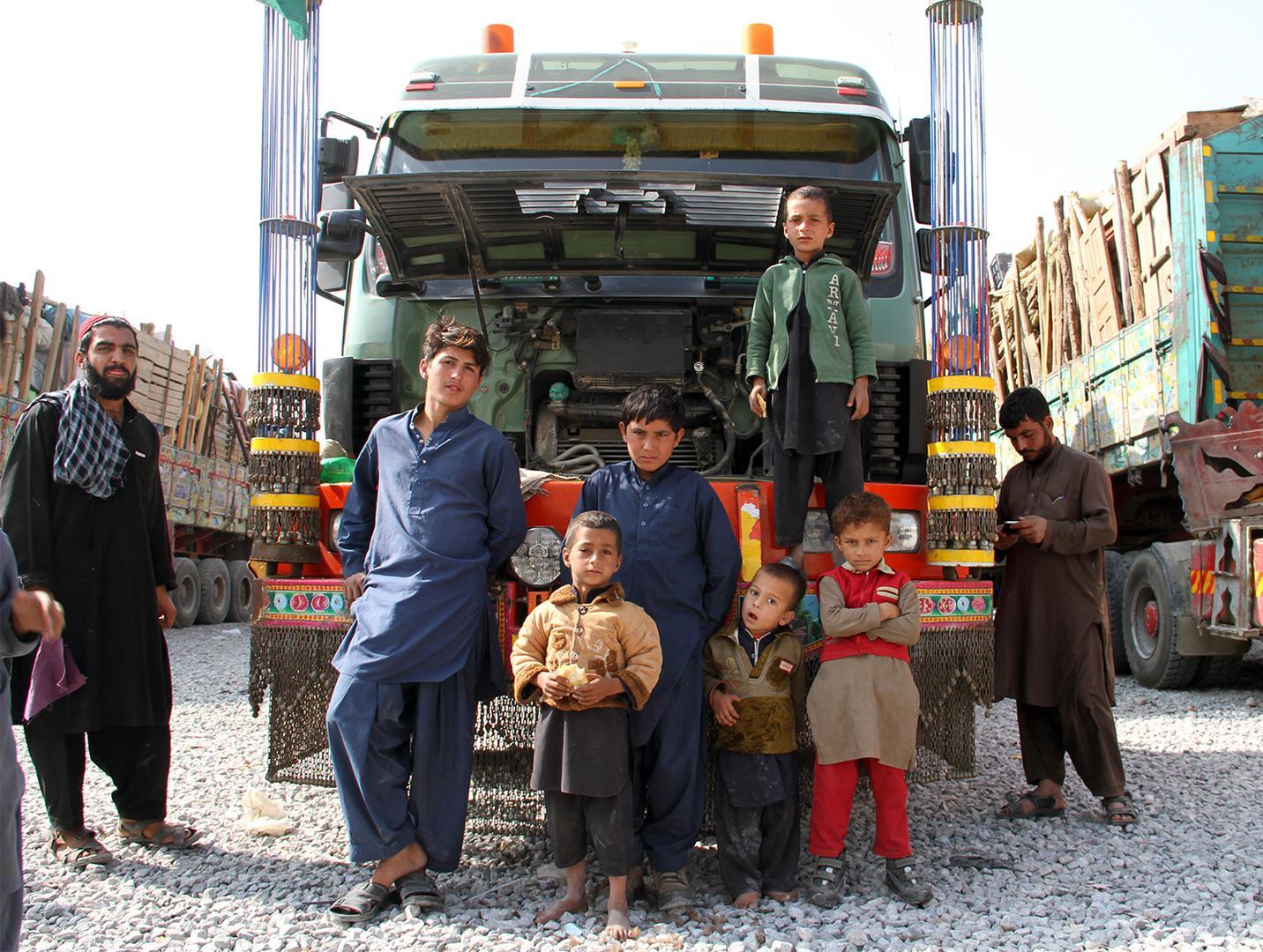 Eine afghanische Flüchtlingsfamilie, die Pakistan verlassen musste, vor einem gemieteten Lastwagen mit ihren Habseligkeiten, Oktober 2016.