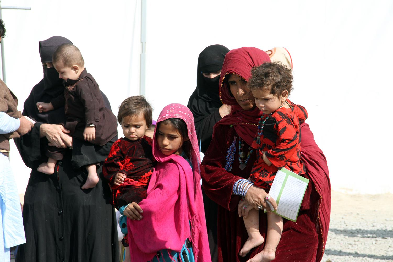 د افغان کډوالو ښځې او ماشومان وروسته له هغه په کابل کې د ملګرو ملتونو د کډوالۍ ادارې یوه مرستندویه مرکز ته ورسېدل چې د ۲۰۱۶ کال د اکټوبر په میاشت کې د پاکستان لهخوا له هغه هېواده په زور وایستل شول؛ د پاکستان ګواښونو او زورزیاتي ۳۶۰۰۰۰ ثبت شوي او ۲۰۰۰۰۰ ن