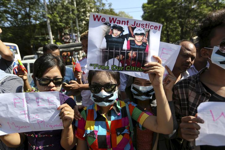 ထိုင်းနိုင်ငံရောက် မြန်မာအလုပ်သမား ၂ ဦး သေဒဏ် စီရင်ချက် ချခံရခြင်းနှင့် ပတ်သက်ပြီး ဒီဇင်ဘာ ၂၅ ရက်နေ့က ရန်ကုန်မြို့ ထိုင်းသံရုံးအနီး ဆန္ဒပြနေသူများ