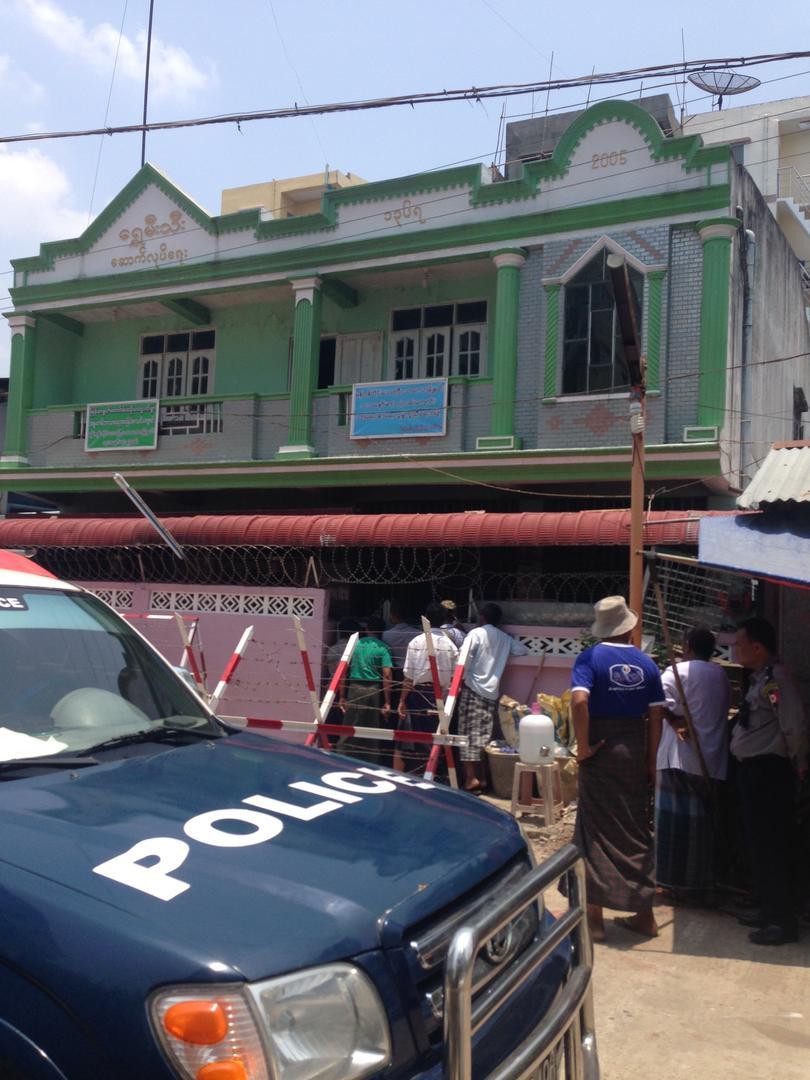 ၂၉ ရက်တွင် မဒရပ်စာခေါင်းဆောင်များ၊ ဗုဒ္ဓဘာသာဝင် အစွန်းရောက်အမျိုးသားရေးဝါဒီများနှင့်အတူ အာဏာပိုင်များမှ ရန်ကုန်မြို့၊ သာကေတမြို့နယ်ရှိ ပိတ်ထားသော မဒရပ်စာကျောင်းတစ်ကျောင်းကို စစ်ဆေးနေသည်ကို လူမှုအသိုင်းအဝိုင်းဝင်များက သော့ခတ်ထားသည့်တံခါးများမှ ကြည့်နေပုံ။