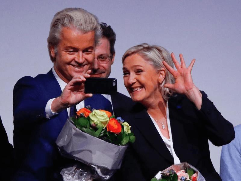 Die Parteichefs der französischen Front National, Marine Le Pen, und der niederländischen Partei für die Freiheit (PVV), Geert Wilders, machen bei einem Treffen führender Rechtsaußen-Politiker zur Europäischen Union ein Selfie, Koblenz, Deutschland, 21. J