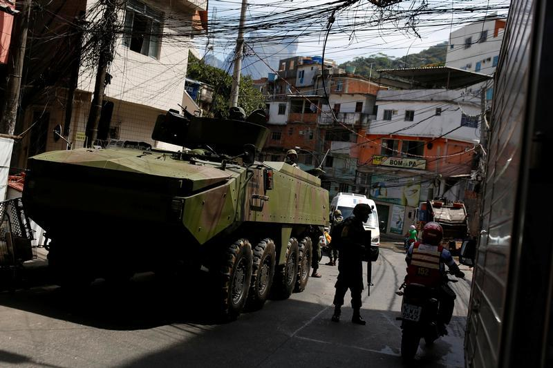Um veículo militar é fotografado durante uma operação, após confrontos violentos entre facções criminosas na favela da Rocinha, no Rio de Janeiro, Brasil, 23 de setembro de 2017.