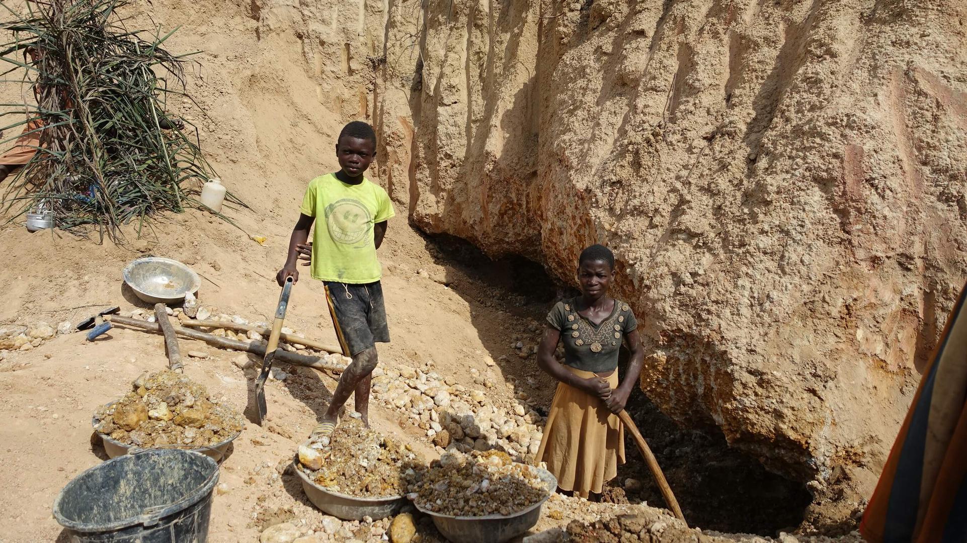 Ein Junge und ein Mädchen arbeiten in einer kleinen Mine im Distrikt Amansie West, Ghana.